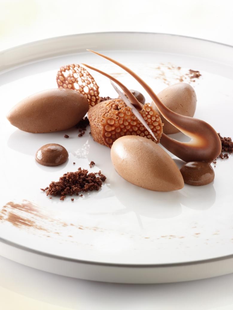 Vijf verschillende dessertjes met chocolade