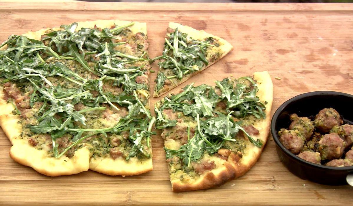 Pizza met lamsgehakt en peterseliepesto