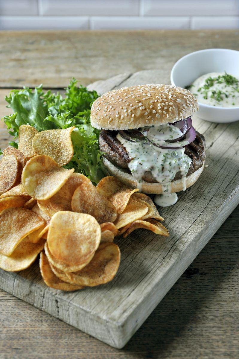 Hamburger met een fris kruidensausje