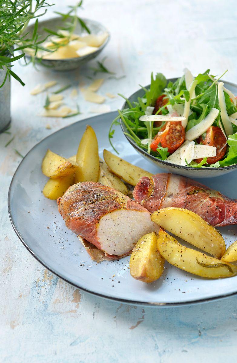 Kip in een jasje van ham met aardappelwedges