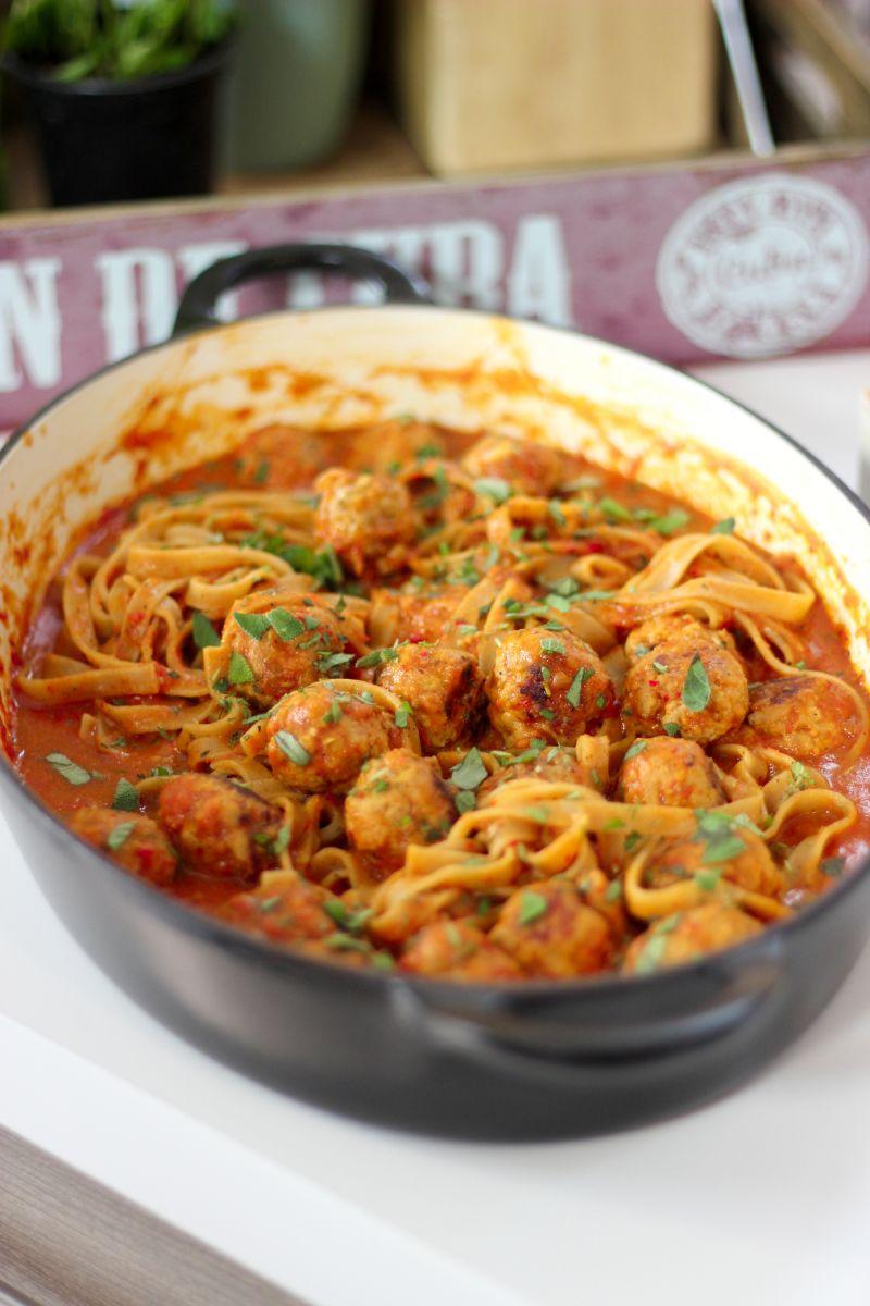 Tagliatelle met gehaktballetjes in een tomaat-paprikasausje