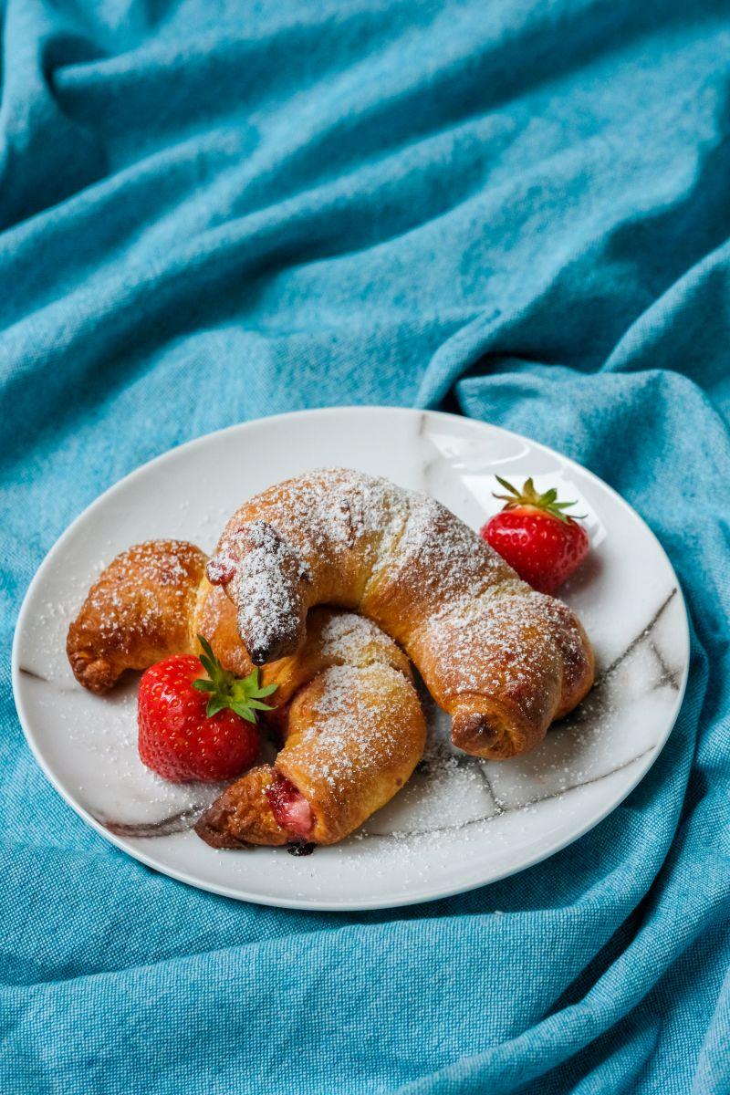 Croissants met roomkaas en aardbeienconfituur