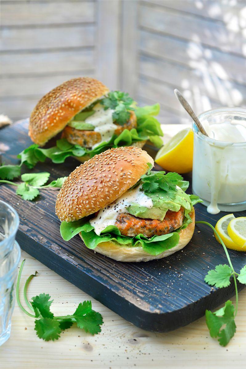 Zalmburger met limoenmayonaise