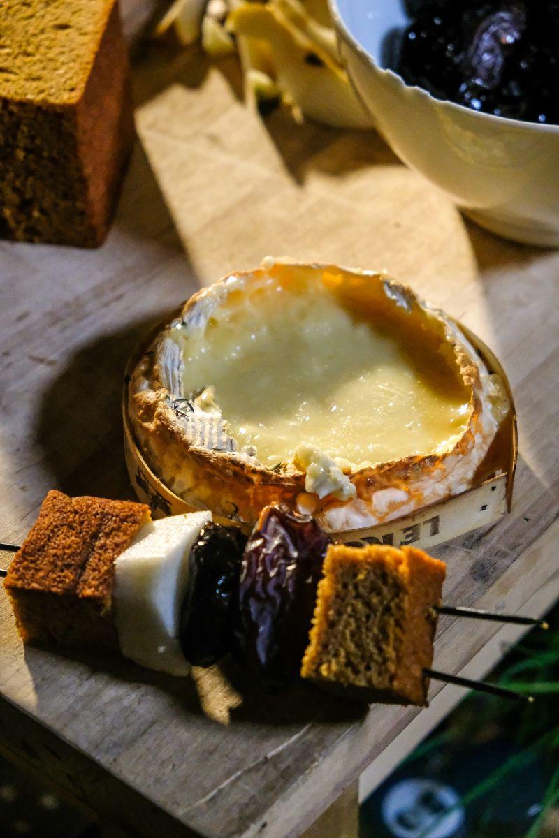 Camembert op de barbecue met een brochette van peperkoek