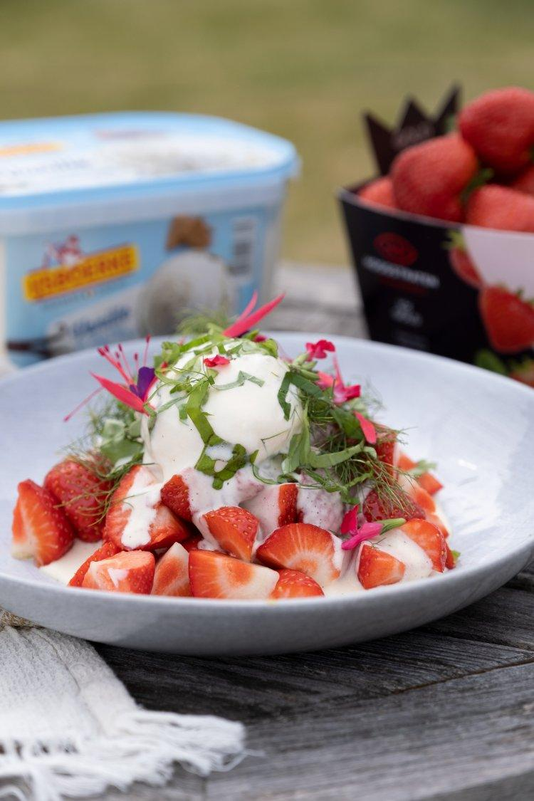 Koude sabayon met aardbeien en ijs