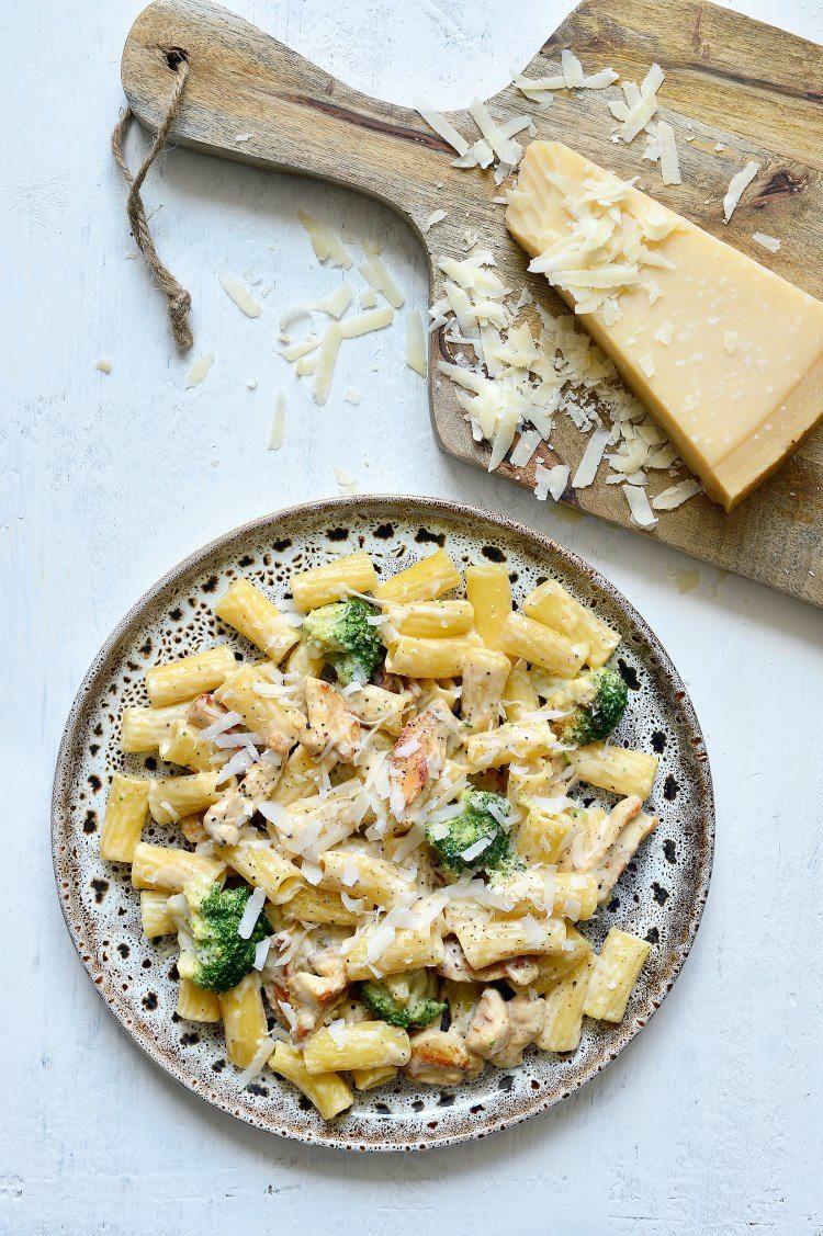Pasta alfredo met broccoli en kip