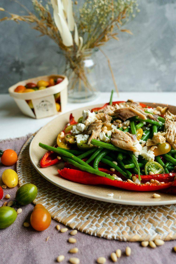 Salade met paprika, feta en makreel