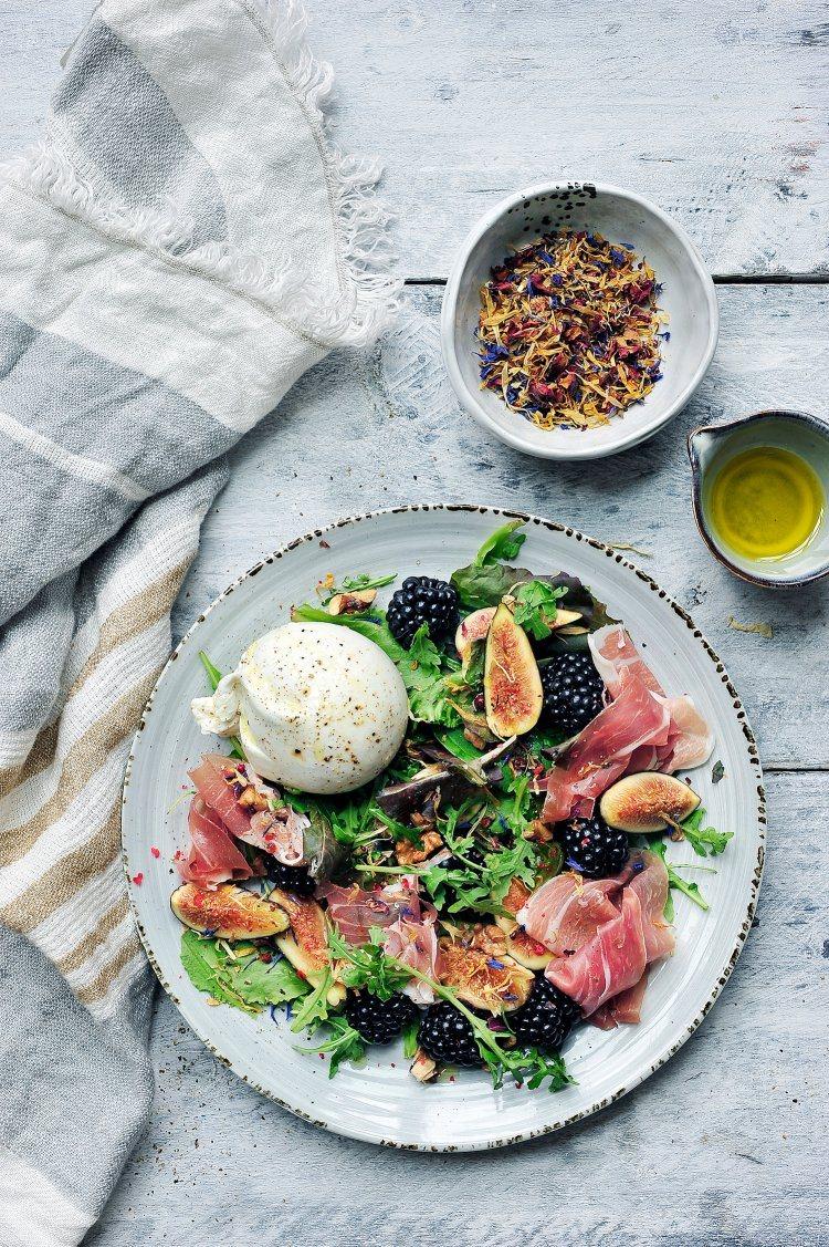 Salade met braambessen, parmaham en burrata