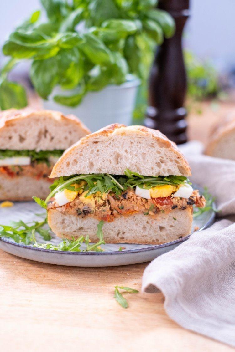 Broodje met Toscaanse tonijnsalade