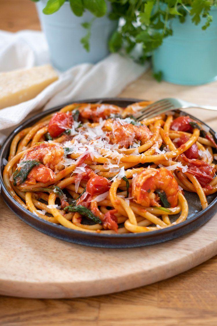Pasta met tomaat, spinazie en scampi
