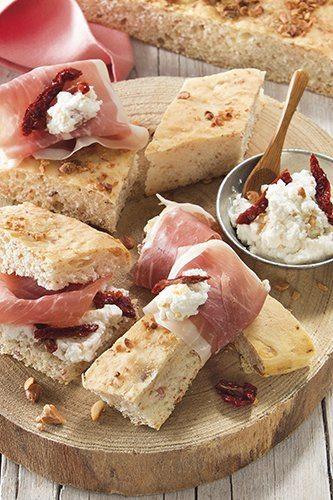 Focaccia met Parmaham, ricotta kaas en zongedroogde tomaten