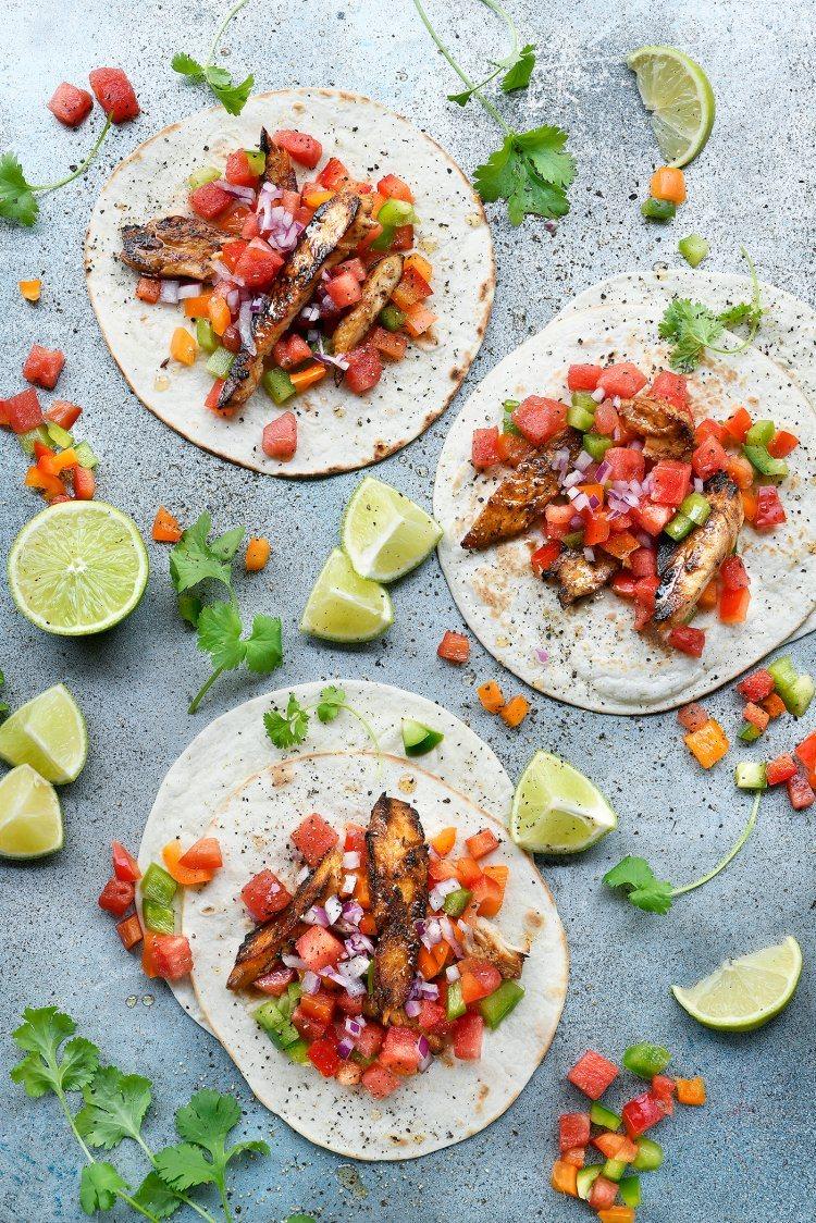 Taco's met gelakte kip en watermeloensalsa