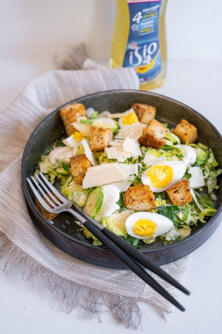 Caesar salade met geraspte spruitjes