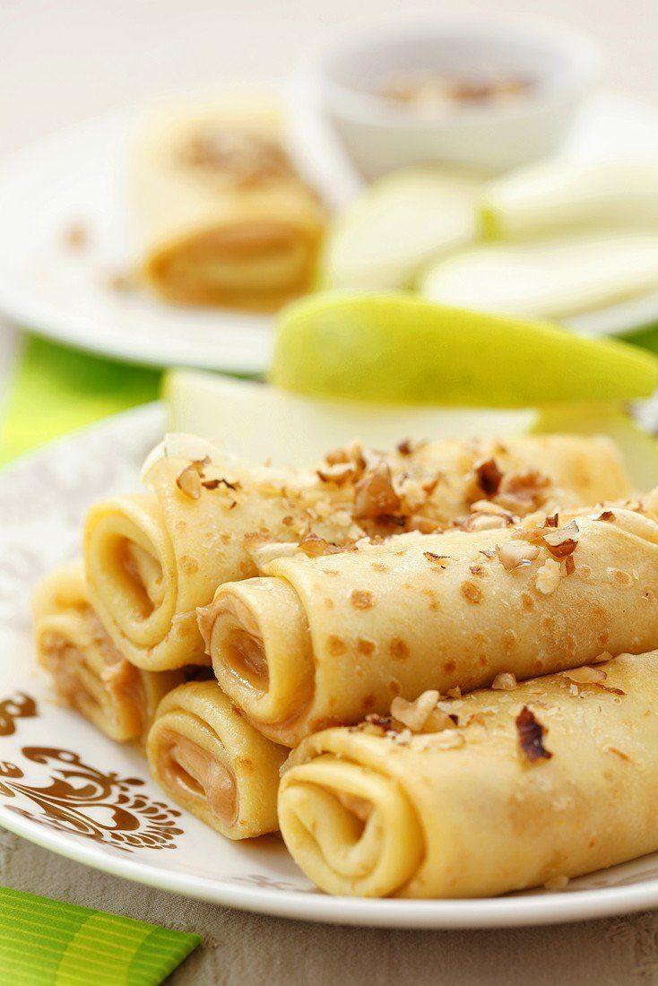 Pannenkoeken met pindakaas, gehakte noten en appel