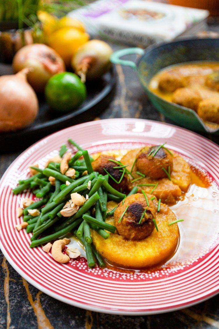 Vegan balletjes met currysaus en gebakken ananas