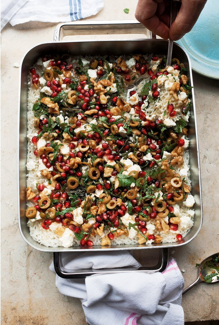Gebakken rijst uit de oven met munt en granaatappel-olijvensalsa