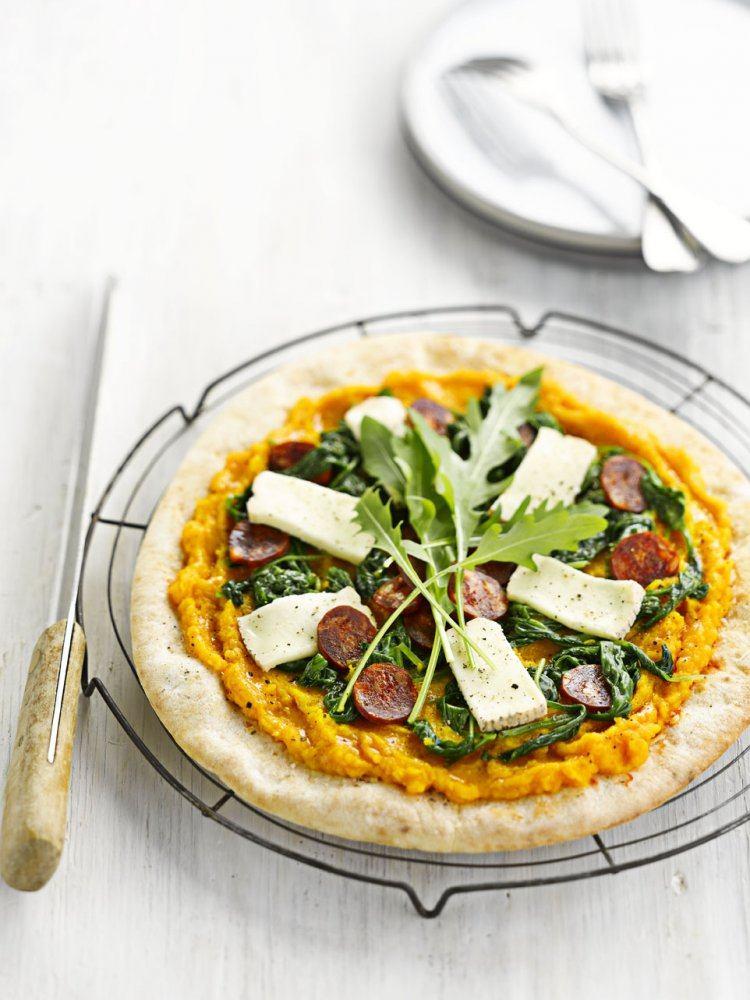 Pizza met pompoen, chorizo en taleggio