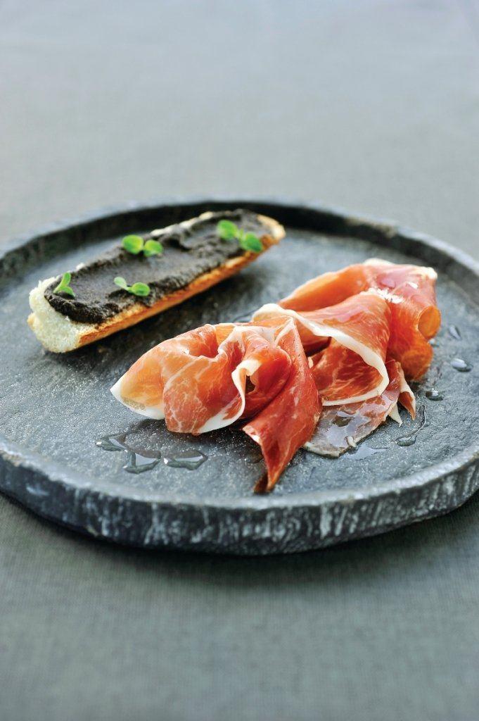 Stokbroodje met Iberico ham en emulsie van zwarte olijven