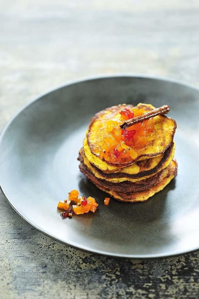 Pumpkin pancakes met pittige chutney