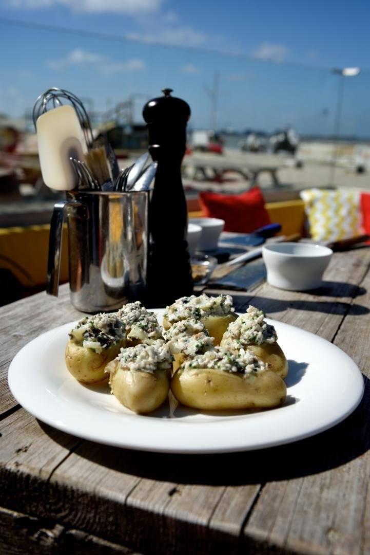 Gevulde aardappel met paling en zure room
