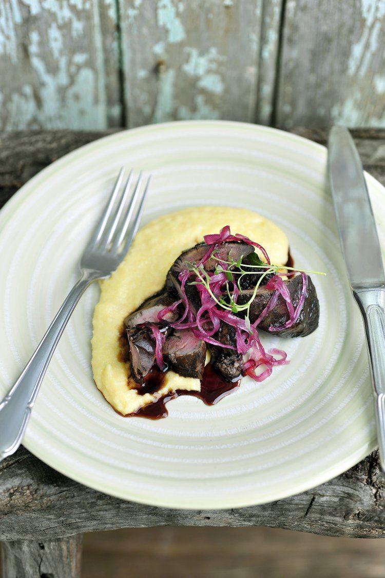 Gebakken kippenlevertjes met polenta en rode ui
