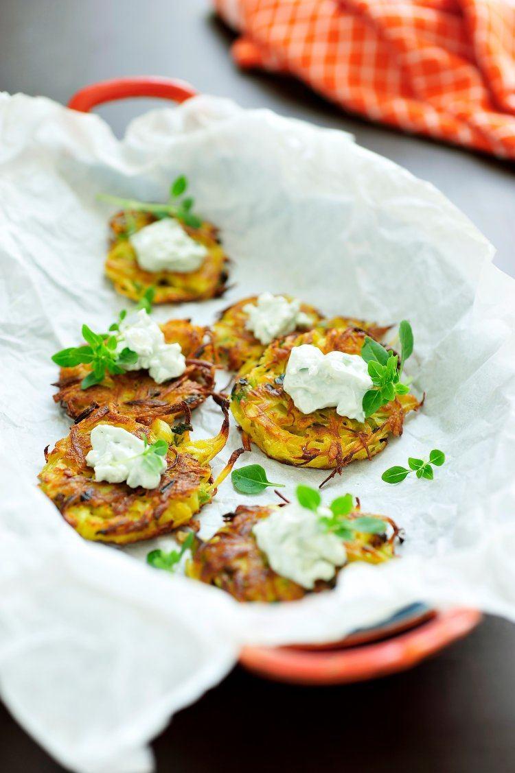Pastinaak-aardappelkoekjes met blauwe kaascrème