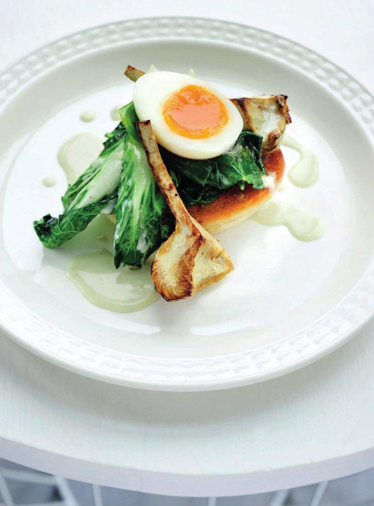 Florentijnse eieren met snijbiet, gebakken artisjok en blauwekaassaus