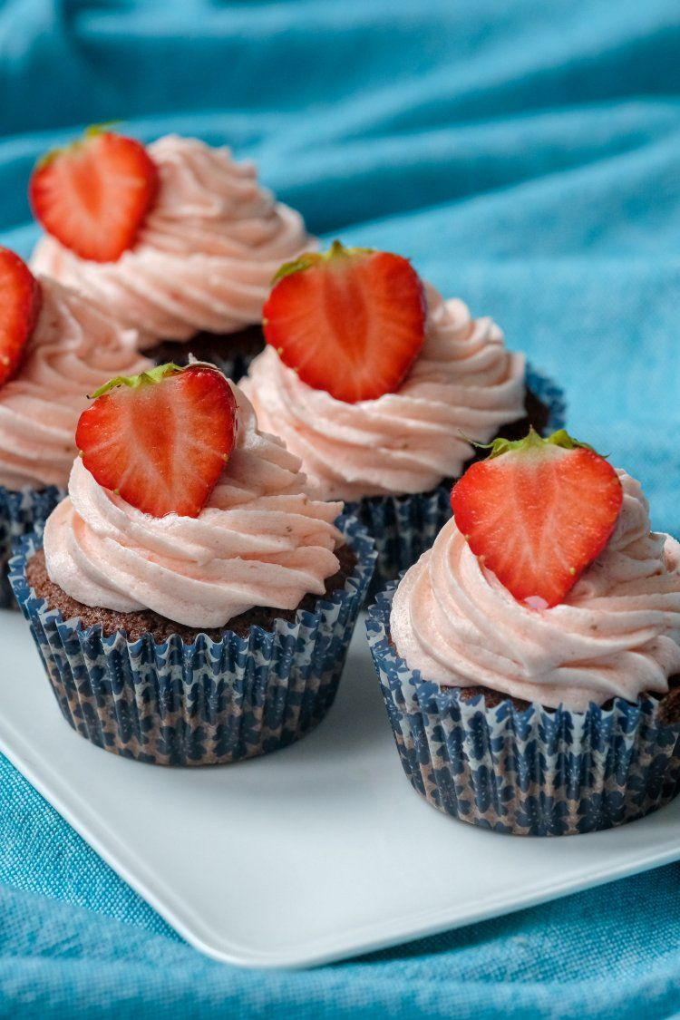Chocoladecupcakes met aardbeienfrosting