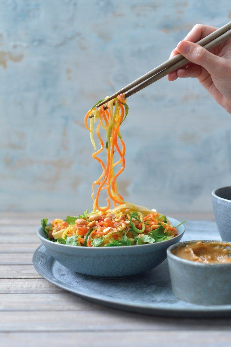 Oosterse courgetti met bruine rijstnoedels en pinda-gembersaus