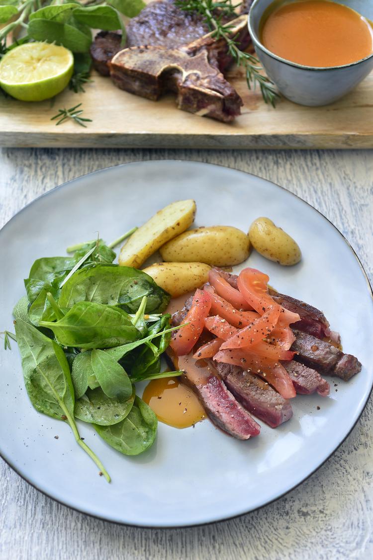 Geroosterde steak met vleesjus en ovenaardappeltjes
