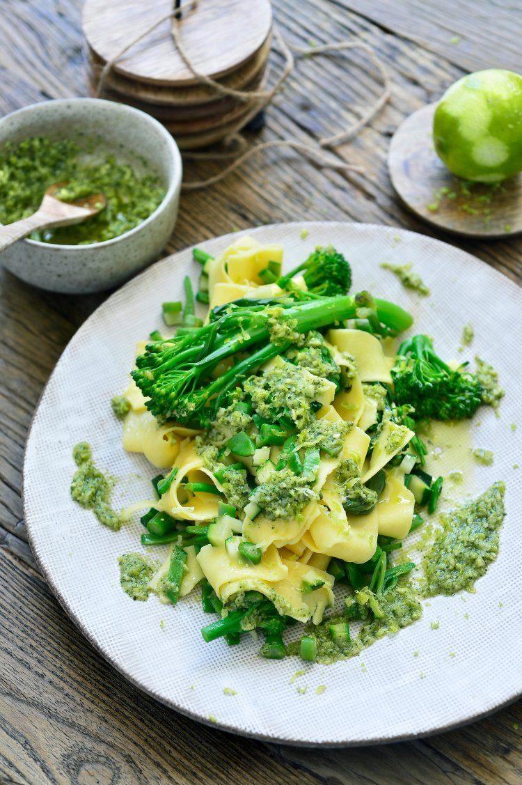 Pasta met groene groenten en edamame pesto