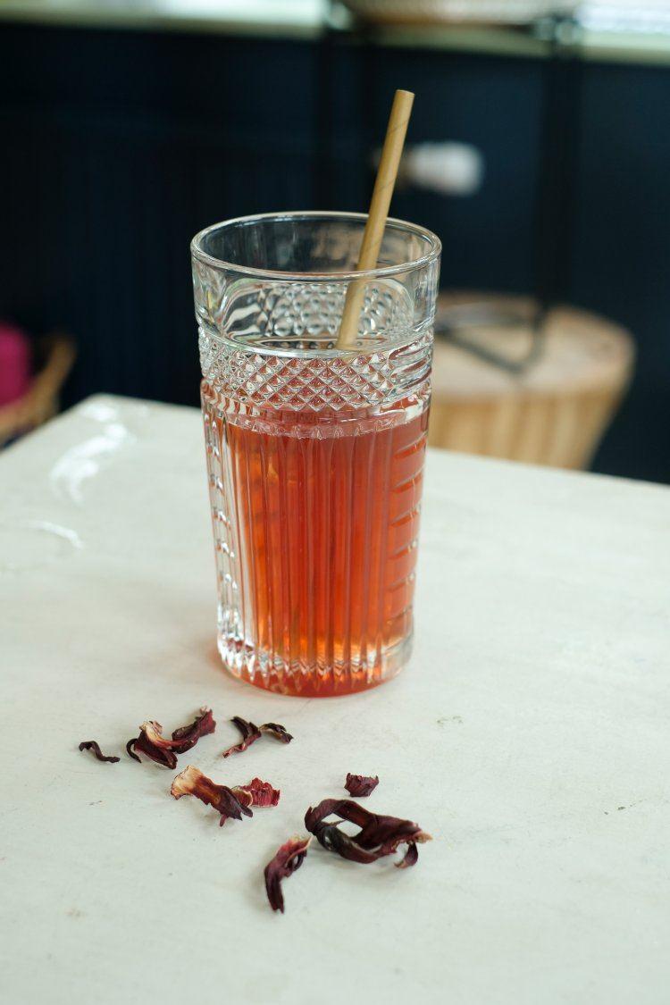 Iced tea met hibiscus en cascara