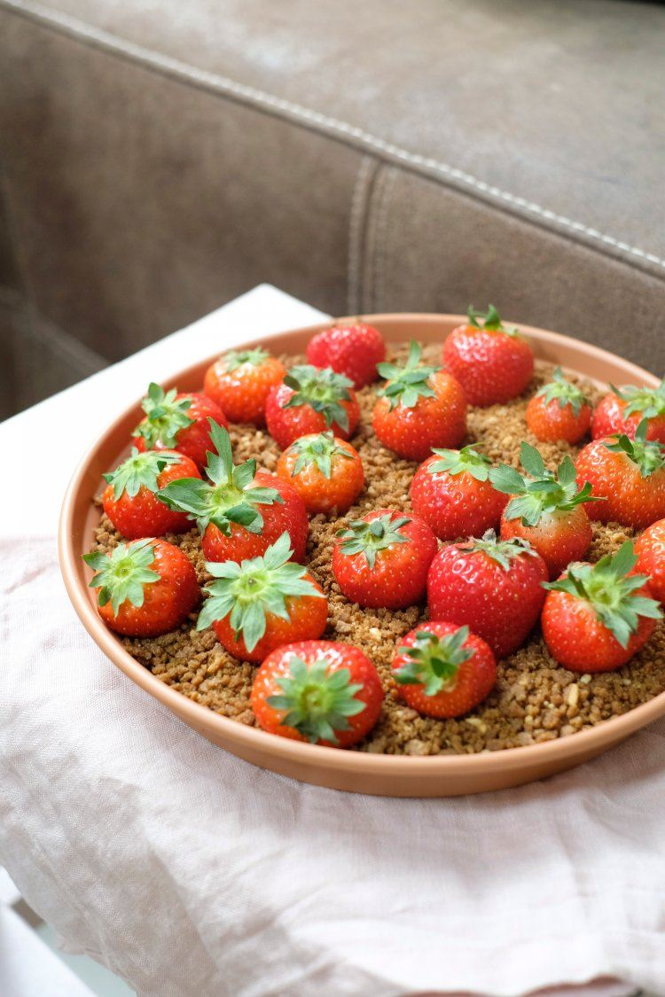 Chocolade hummus met crunch van Amandelbrood en aardbeien