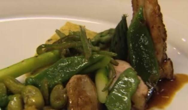 Parelhoen met groene asperges en tuinbonen