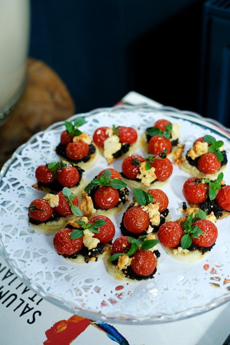 Taartjes met olijventapenade, kerstomaatjes en feta