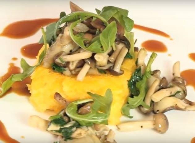 Gebakken pompoenpolenta met paddenstoelen en jus van geroosterde groenten
